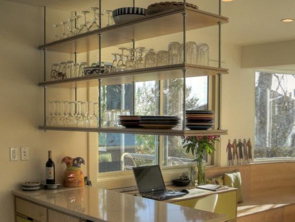 رفوف فوق بار المطبخ