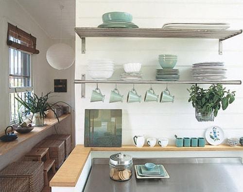 رفوف مطبخ باللون الفضي